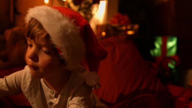 vídeos y material grabado en eventos de stock de the little boy escribe una carta a santa - escribir