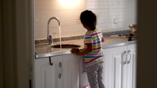 vidéos et rushes de la petite fille boit de l'eau du réseau - eau robinet