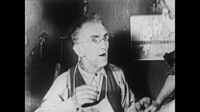 vídeos y material grabado en eventos de stock de 1926 the little rascals' disbelief in santa claus is challenged - 1926