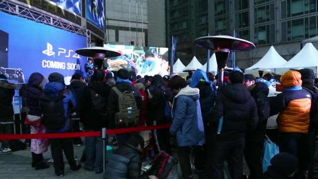 vídeos de stock e filmes b-roll de the logo of sony corp's playstation 4 game console is displayed during the console's launch event in seoul south korea on tuesday dec 17 gamers wait... - sony
