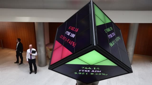 vídeos de stock, filmes e b-roll de the london stock exchange share price is displayed on an illuminated rotating cube in the atrium of the london stock exchange group plc's offices in... - bolsa de valores de londres