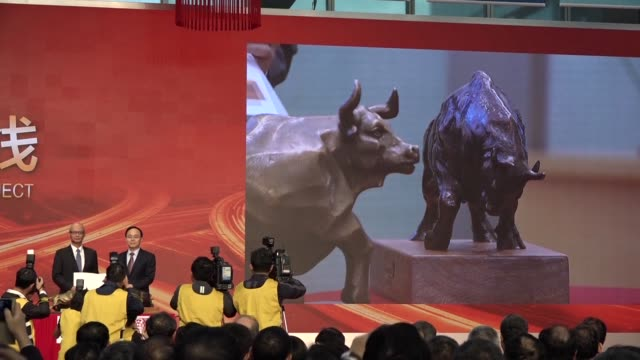 stockvideo's en b-roll-footage met the long awaited stock exchange link between shenzhen and hong kong opens giving foreign investors access to china's technology hub - schakel