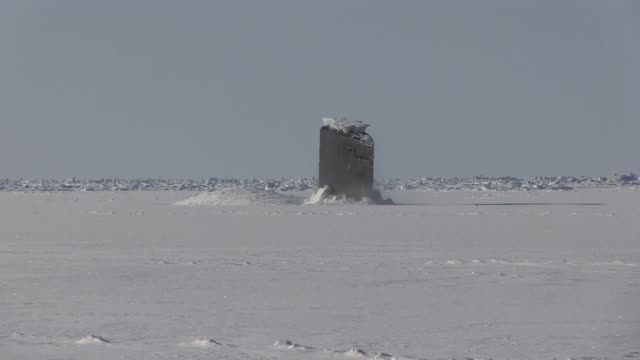the los angeles class fastattack submarine uss hartford surfaces in the arctic ocean in support of ice exercise 2018 march 21 icex 2018 is a fiveweek... - sottomarino mezzo di trasporto marittimo video stock e b–roll