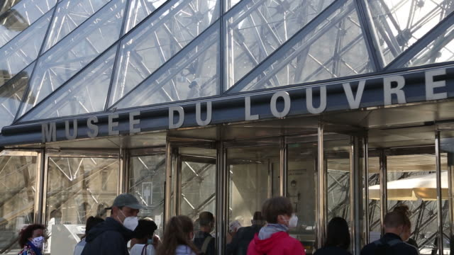 vidéos et rushes de the louvre museum reopens after covid19 pandemic in paris france on monday july 6 2020 - écriture européenne