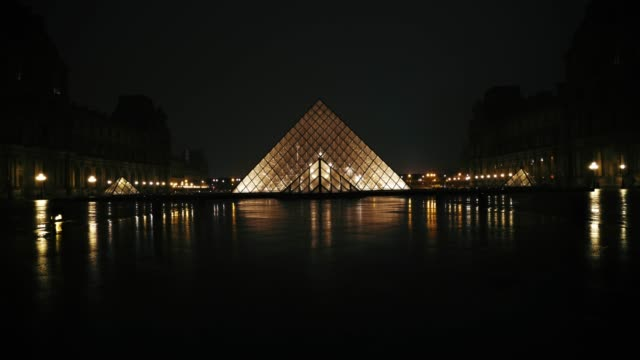 the louvre pyramid reflects into a water puddle at night under the rain on march 15 2019 in the 1st quarter of paris france - gesamtansicht stock-videos und b-roll-filmmaterial