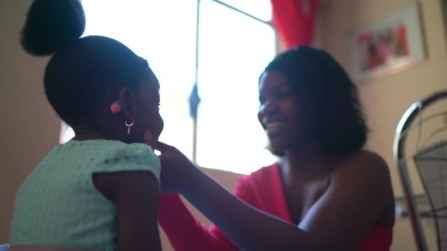 vídeos de stock e filmes b-roll de the love and care of mother and daughter at home - calçada