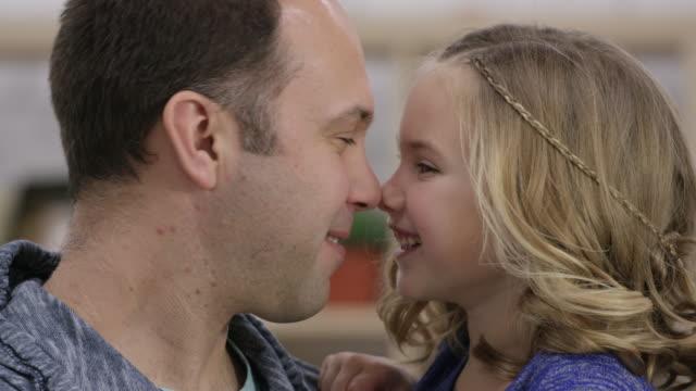 stockvideo's en b-roll-footage met de liefde tussen een vader en dochter is heel bijzonder - eskimokus geven