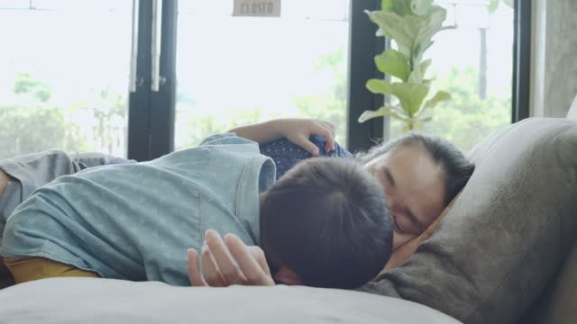 vídeos y material grabado en eventos de stock de el amor entre madre y su hijo. hijo besar la mejilla madre. - son