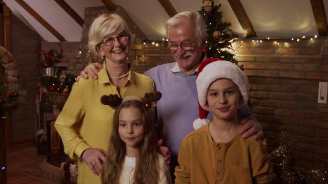 stockvideo's en b-roll-footage met de liefde voor hun kleinkinderen is ongeëvenaard - cadeau