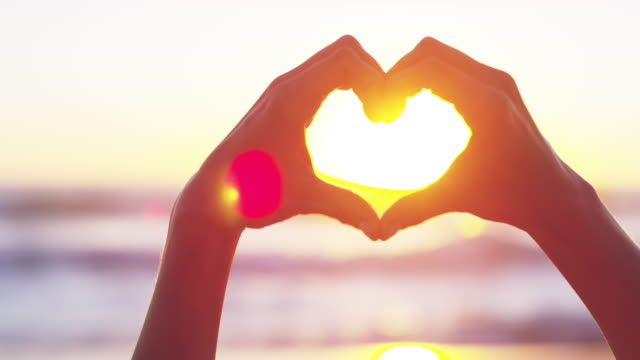 vídeos de stock, filmes e b-roll de a época inspiradora do amor - forma