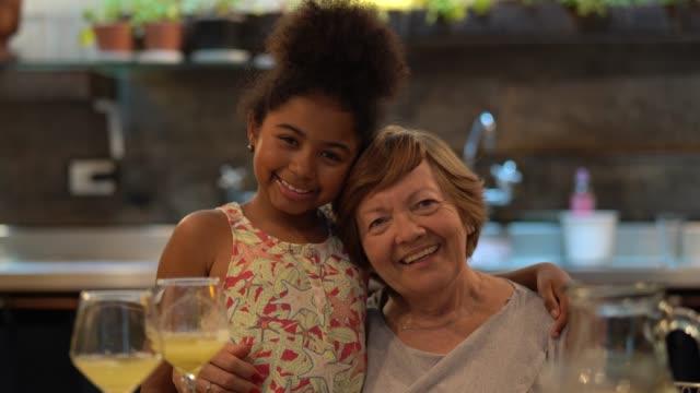 採用された孫娘と祖母の愛 - 祖母点の映像素材/bロール