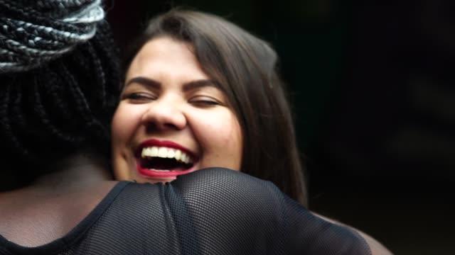 die liebe der beste freunde - freundinnen umarmen - welcome schild stock-videos und b-roll-filmmaterial