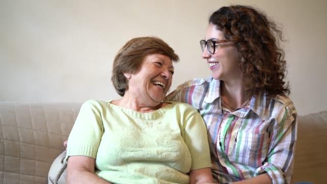vídeos de stock, filmes e b-roll de o amor da avó / mãe e neta - encarando