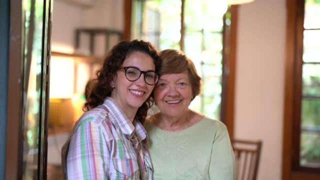 祖母の愛/母と孫娘 - 祖母点の映像素材/bロール