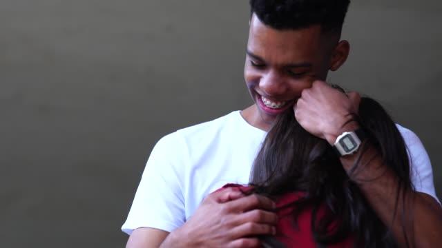 vídeos de stock, filmes e b-roll de o amor do casal romântico - brasileiro pardo