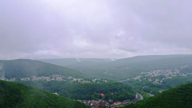 Die tief hängenden Wolken und Regen in den Pocono Mountains über Jim Thorpe Stadt, Pennsylvania, Carbon County. Zeitraffer-Stil beschleunigt mobile Video.