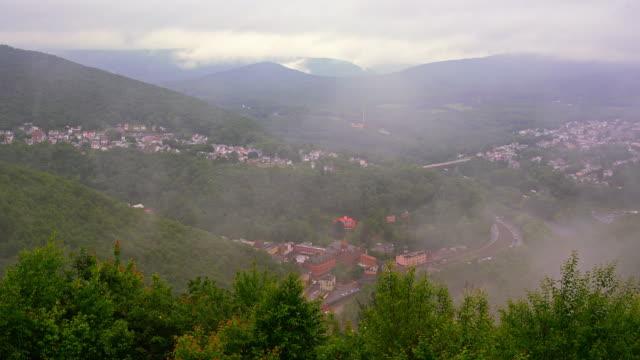 Die tief hängenden Wolken und Regen in den Pocono Mountains über Jim Thorpe Stadt, Pennsylvania, Carbon County. Beschleunigte Timelapse Video.