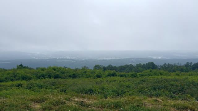 Die tief hängenden Wolken über Lehigh Valley in Carbon County, Pennsylvania, Appalachen, Poconos bewegt. Zeitraffer-Stil beschleunigt mobile Video.