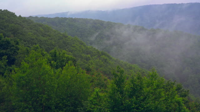 vídeos de stock e filmes b-roll de the low clouds moving over lehigh valley in poconos, appalachian mountains, pennsylvania, carbon county. timelapse-style accelerated mobile video. - appalachia