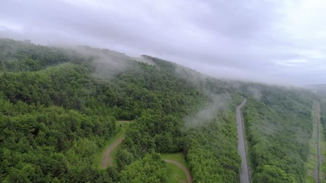 vídeos de stock, filmes e b-roll de as nuvens baixas sobre montanhas em poconos, appalachian, pensilvânia, no condado de carbon, eua. o acelerado estilo de time lapse vídeo. - veículo terrestre