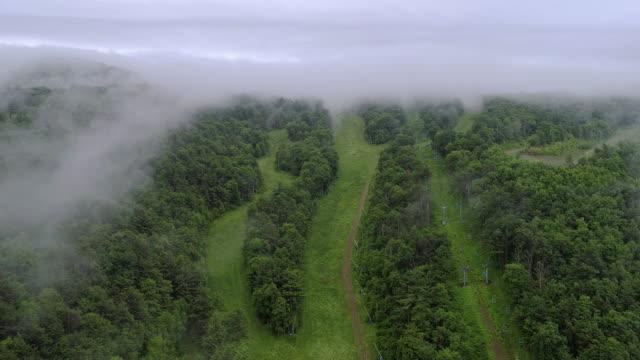 de låga moln över bergen i poconos, appalacherna, pennsylvania, carbon county, usa. - poconobergen bildbanksvideor och videomaterial från bakom kulisserna
