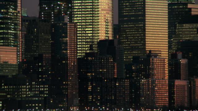 a cu of the lower manhattan skyline at dawn - 前にいる点の映像素材/bロール