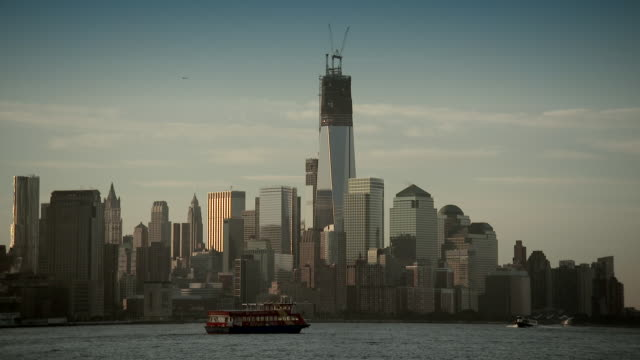 the lower manhattan skyline featuring the freedom tower early morning - one world trade center stock-videos und b-roll-filmmaterial