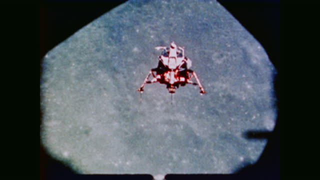the lunar module eagle floats towards the lunar surface before landing - 1969年点の映像素材/bロール