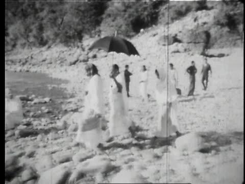 vídeos de stock, filmes e b-roll de the maharishi mahesh yogi washing in a lake / uttar pradesh india - rishikesh