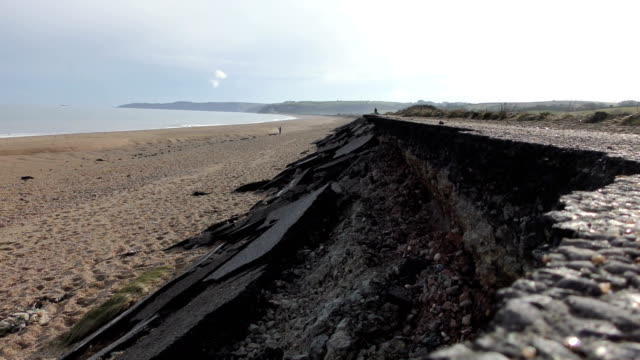vidéos et rushes de the main coast road at slapton ley in devon was destroyed during storm emma, march 2018. view of a379 road towards the village of torcross / views of... - érodé