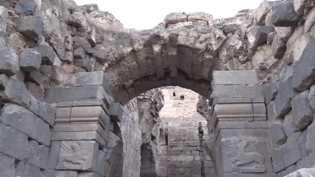 vídeos de stock e filmes b-roll de the main gate of the 9centuryold harran palace in turkey's southeastern archaeological site one of the world's oldest settlements on the unesco world... - encontrar