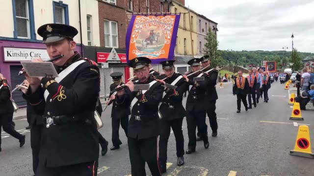 the main twelfth of july parade in derry city has travelled from the waterside across craigavon bridge into the city centre - アルスター州点の映像素材/bロール