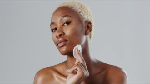 makeup-remover som är skonsam mot min hud - kroppsvård bildbanksvideor och videomaterial från bakom kulisserna