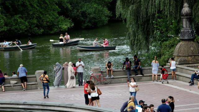 vídeos de stock e filmes b-roll de the mall, central park, new york city - fonte bethesda