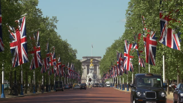 vidéos et rushes de the mall with ceremonial union jacks - monarchie anglaise