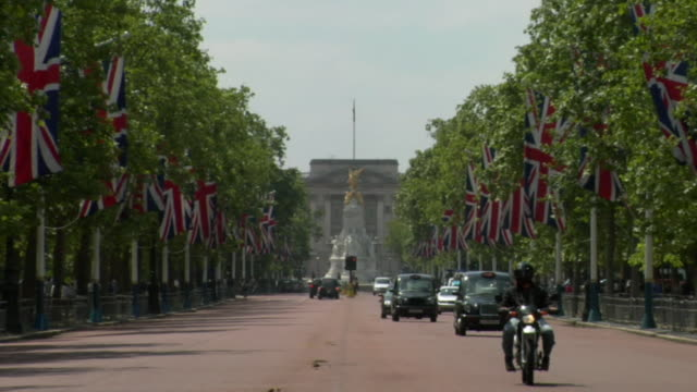 vídeos de stock, filmes e b-roll de ws, ds, the mall with union jack flags towards buckingham palace, london, england - palácio de buckingham
