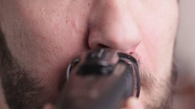 vidéos et rushes de l'homme se rase la moustache à la maison. - moustache
