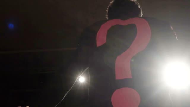 der mann mit fragezeichen jacke auf dem theater - fragezeichen stock-videos und b-roll-filmmaterial