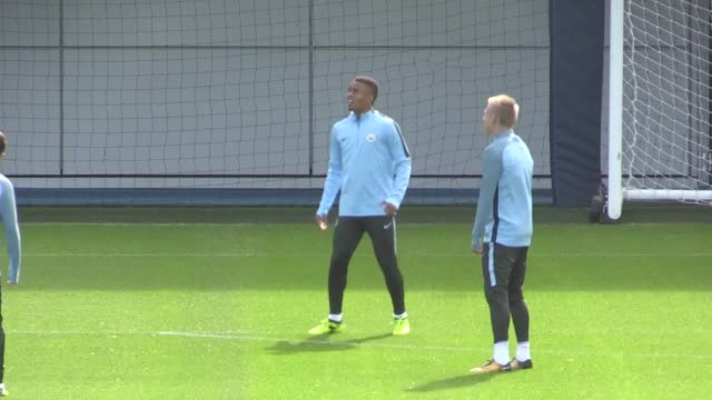 vidéos et rushes de the manchester city squad including goalkeeper ederson train in manchester ahead of the champions league group game away to feyenoord the brazilian... - s'entraîner