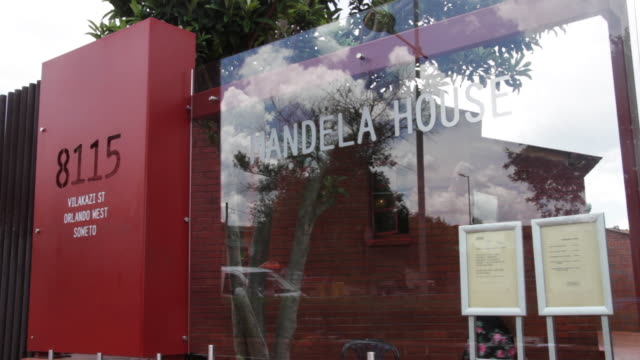 the 'mandela house' located on vilakazi street in soweto - kunst, kultur und unterhaltung stock-videos und b-roll-filmmaterial