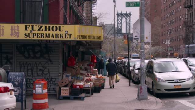 vidéos et rushes de the manhattan bridge as seen from henry street in chinatown - coin