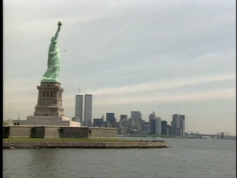 of the manhattan skyline and statue of liberty. - patriotism stock videos & royalty-free footage