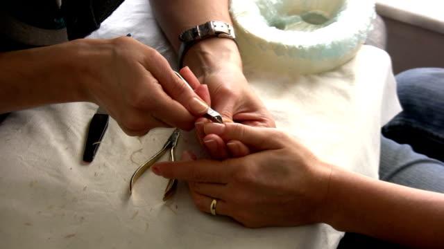 vidéos et rushes de la manucure - doigt humain