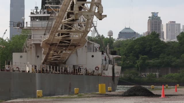 the manitowoc a lake freighter with rand logistics owned lower lakes transportation company unloads limestone at the osborne concrete and stone dock... - fiume cuyahoga video stock e b–roll