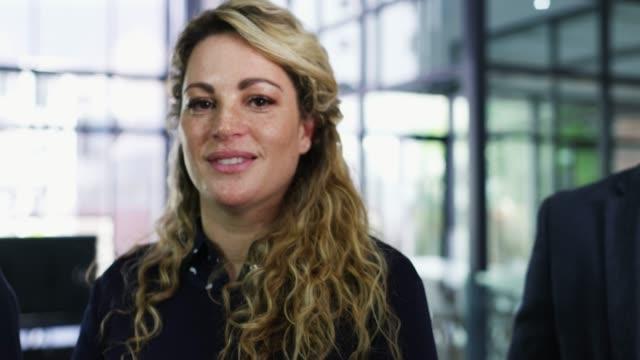 vidéos et rushes de les nombreux visages d'affaires - bureau lieu de travail