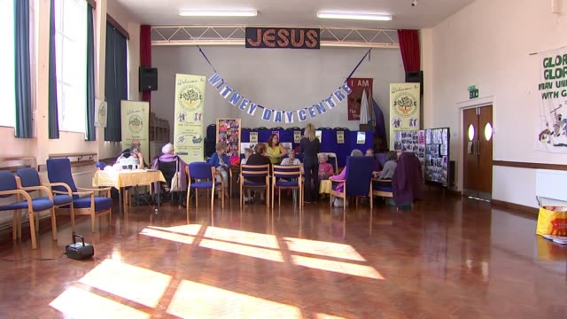 vidéos et rushes de 'the many faces of loneliness': elderly day care centre closures; uk, oxfordshire, witney; various shots of elderly people attending day care centre.... - oxfordshire