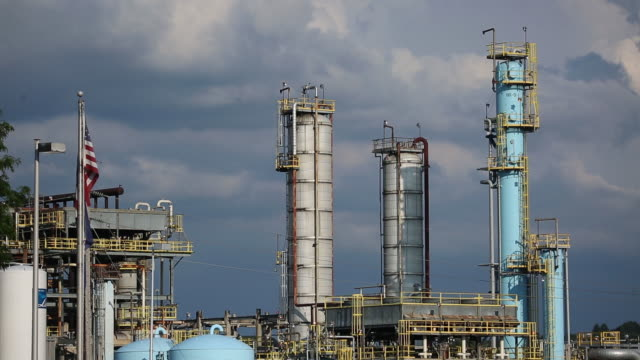 vídeos y material grabado en eventos de stock de the marathon petroleum corp catlettsburg oil refinery is pictured in catlettsburg kentucky us on tuesday july 28 2020 marathon petroleum corp is... - escritura occidental