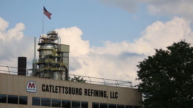 vidéos et rushes de the marathon petroleum corp catlettsburg oil refinery is pictured in catlettsburg kentucky us on tuesday july 28 2020 marathon petroleum corp is... - écriture européenne