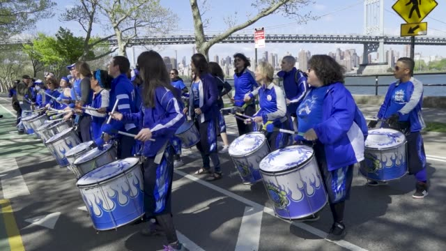 vidéos et rushes de the marching band is fogo azul nyc. a 5k run held in astoria park queens in support of u.s. congresswoman alexandria ocasio-cortez's green new deal... - azul