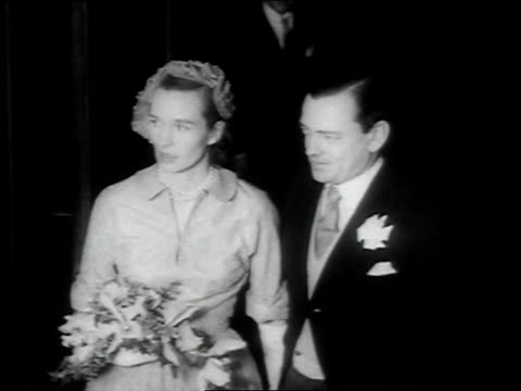 vidéos et rushes de the marquess of milfordhaven cousin to king george weds mrs romaine simpson / the couple come out of church and pose for photographs / photographers... - composition florale